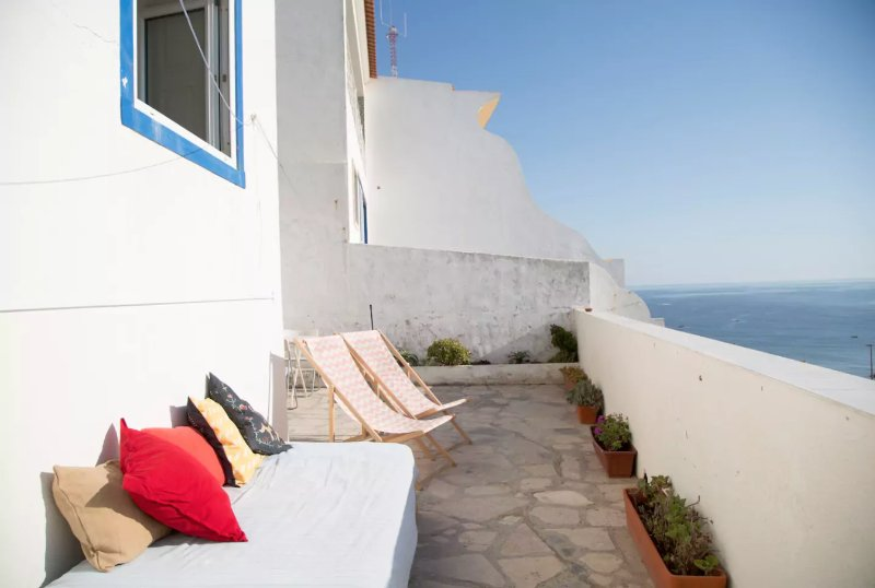 Seafront house with a terrace in historical centre, aluguéis de temporada em Ericeira