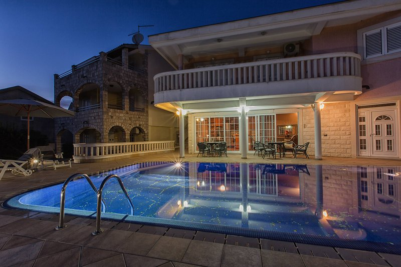 P&N RESORT > Unique and Breathtaking luxury 3BD VIlla with Pool and Sea view, casa vacanza a Igalo
