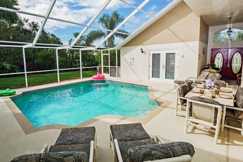 Mirando al arbolada preservar un lugar ideal para una comida al aire libre junto a la piscina