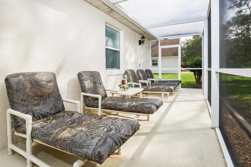La extensión del patio da más opciones para tomar el sol con abundantes tumbonas