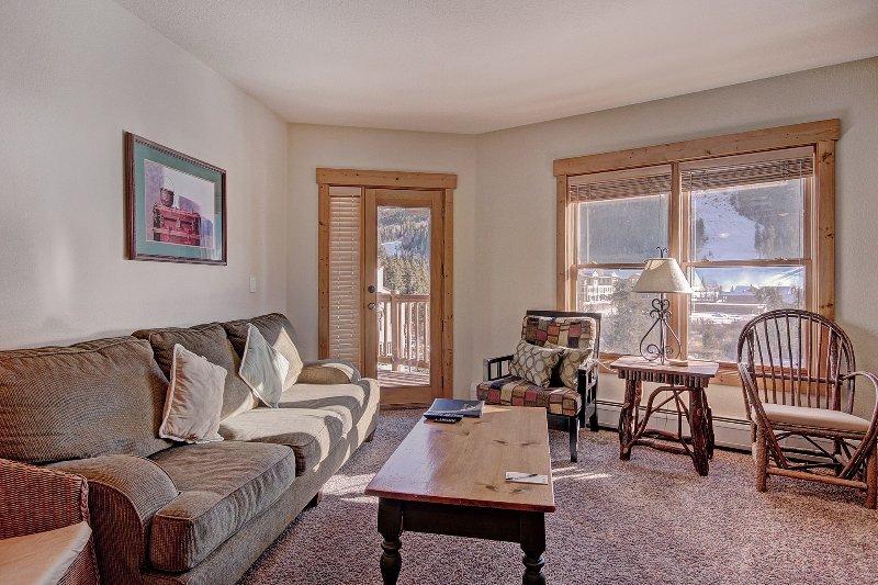 SkyRun Propriété - « 2655 Tenderfoot Lodge » - Salon - Plan d'étage avec beaucoup de lumière naturelle.