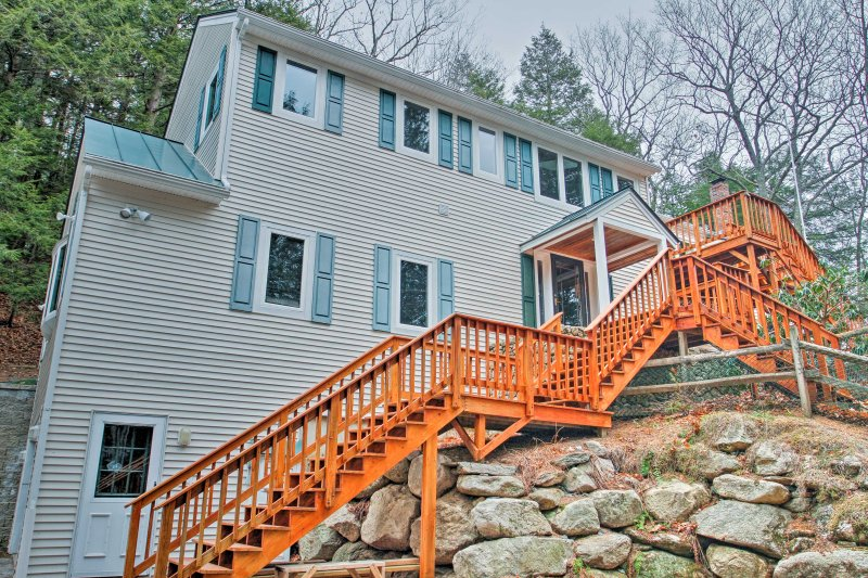 The home is located just minutes from nearby attractions for non-stop fun!