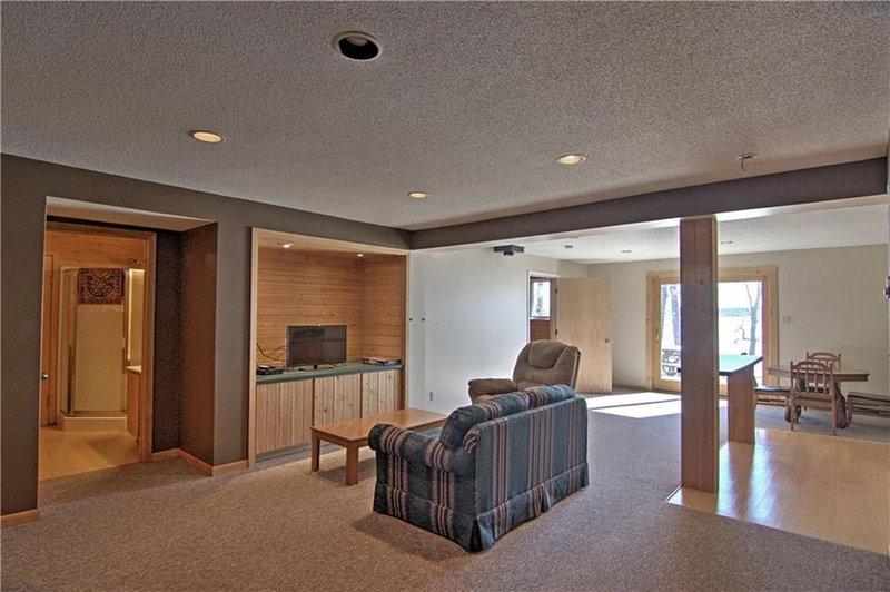 Tanto con una sala de estar y sala de estar, hay un montón de espacio para estirarse!