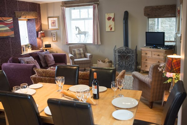 Old Dairy - Open plano de jantar e sala de estar com aconchegante lareira
