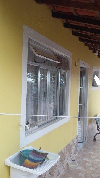 Lateral da casa com uma varanda linda