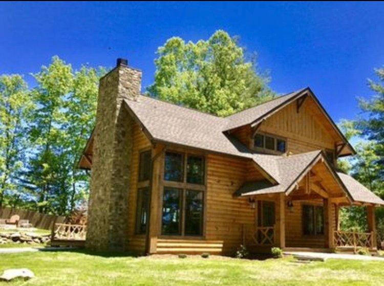 New Custom Log Home mit großem Kamin und das Leben im Freien, die einen Whirlpool und Feuerstelle hat