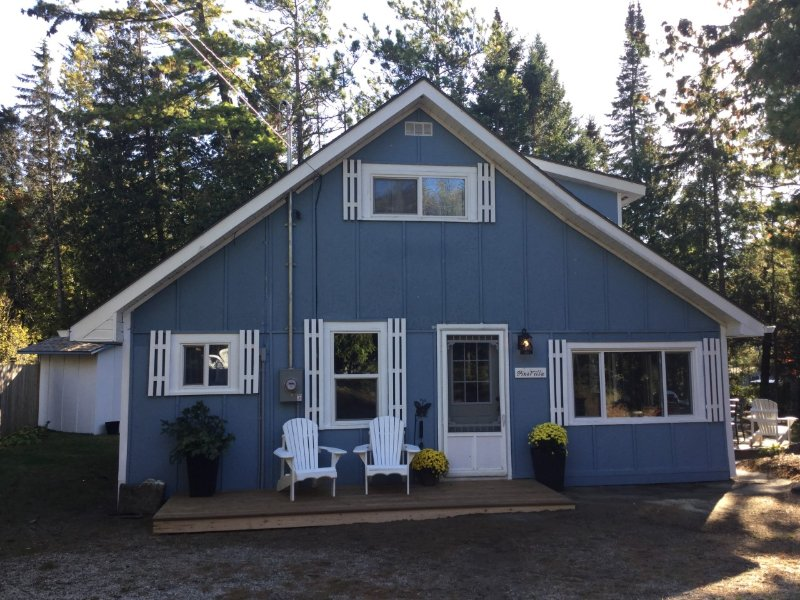 Renovated 4 bedroom 2 minute walk to the beach!, vacation rental in Shallow Lake