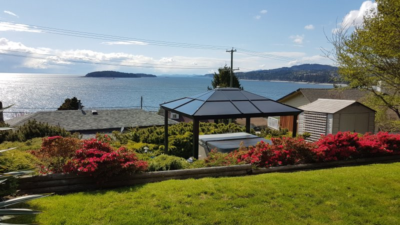 Blue Waters Cottage - Hot Tub, Ocean View!, aluguéis de temporada em Sechelt