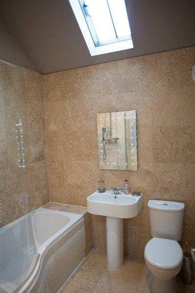 Old Dairy - Casa de banho principal com duche e banho curva