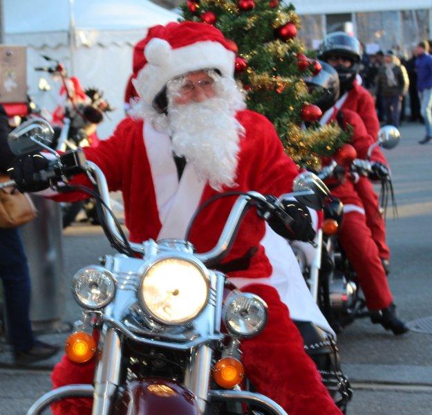 Harley David Papá Noel que conduce en cada año en Lugano