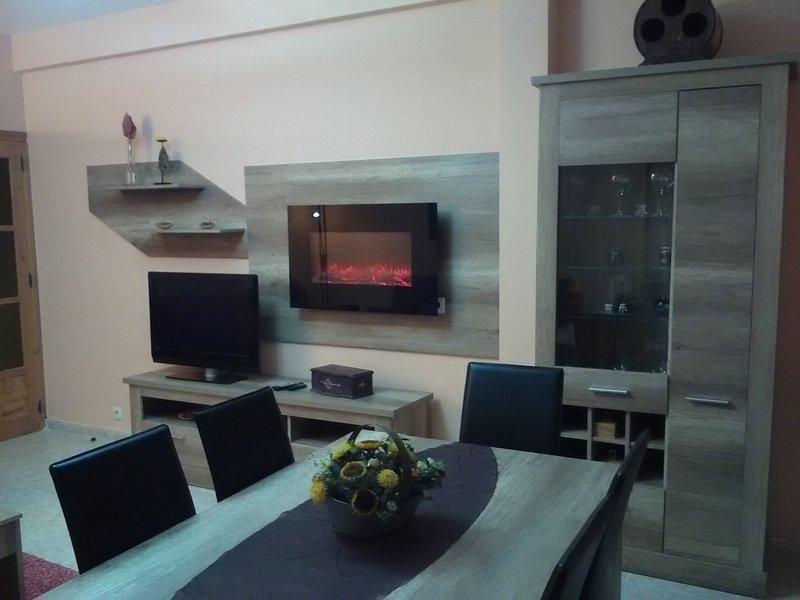 Wohnzimmer mit Kamin mit elektrischem Licht, können Sie die Farbe ändern und gibt Wärme.