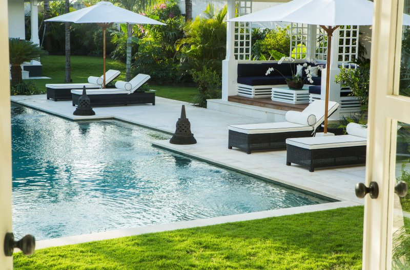 Pool with sun lounges and Bale'