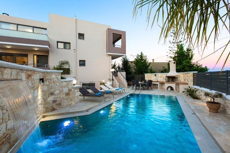Eine neue moderne Villa mit einem kleinen Abstand zum Strand von Kalamaki