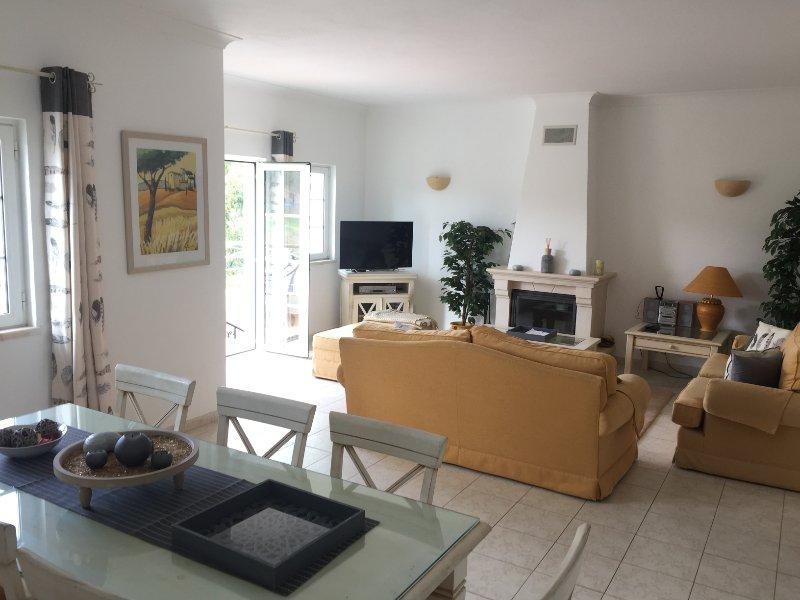 bella sala soggiorno con porte che conducono alla terrazza