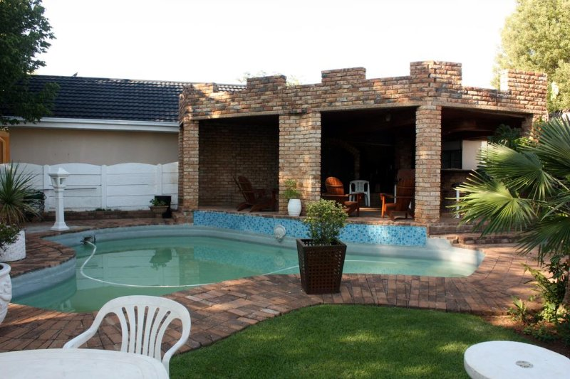 Just Tiffany Guesthouse - Double Room 4, holiday rental in North-West Province