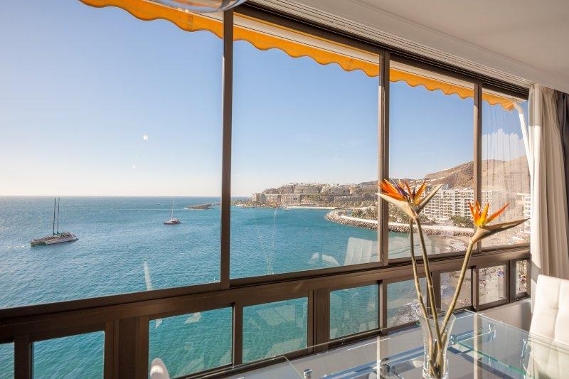 Grande, deslizantes painéis de janela de vidro abrem para um espaço gigante de visão aberta