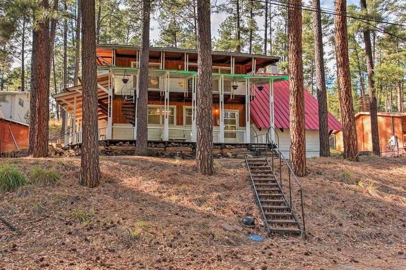 Enamórate de la Tierra del Encanto en este 2 dormitorios, 1,5 baños cabina de alquiler de vacaciones en Ruidoso.