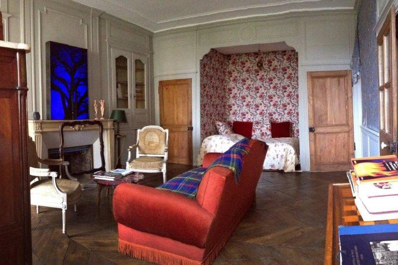 le salon avec le lit de 140 en alcove
