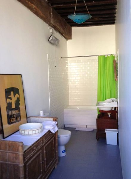 la salle de bains de l'étage, située entre la chambre à la cheminée et la chambre 'bellevue'