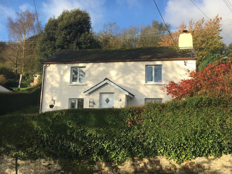 SPRING COTTAGE, woodburner, short walk to shop and pub, close to coast, holiday rental in Berrynarbor