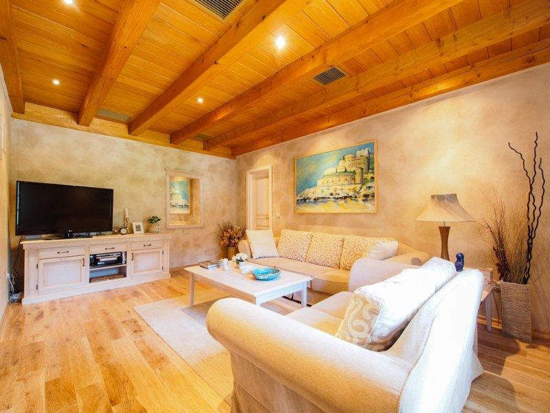 Mitrovici Villa Sleeps 8 with Pool and Air Con - 5364786, casa vacanza a Zvinje