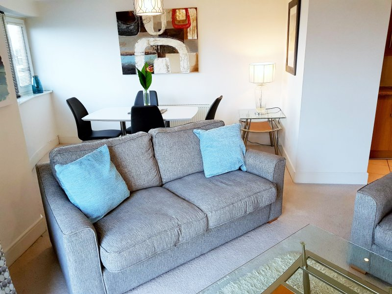 Stylish modern 2 bedroom apartment in Windsor, holiday rental in Bray-on-Thames