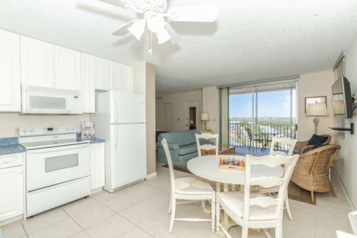 Vous apprécierez le confort, la commodité, mais surtout la vue de ce 10e étage condo Bonita Beach & Tennis!