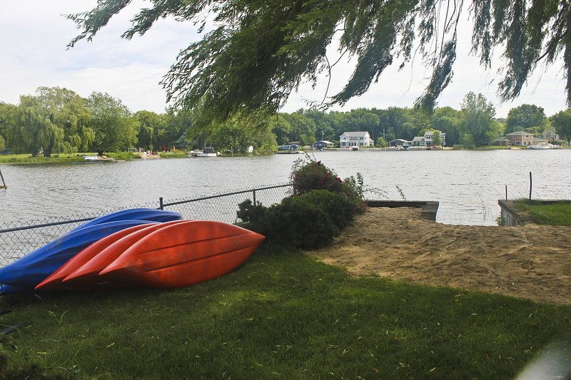 Kayaks, fishing docks hot tub, pool table campfire beaches and plenty of fresh air ....await you