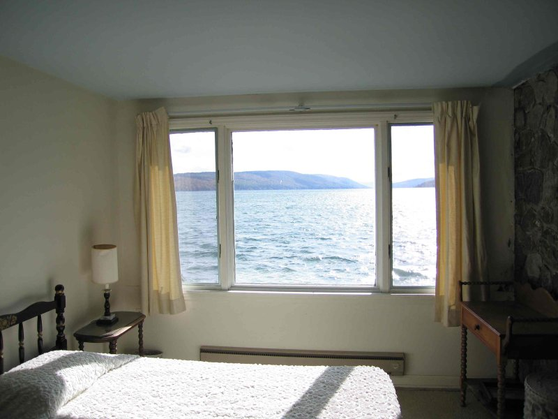 Deuxième chambre des maîtres étage avec vue sur le lac fabuleux