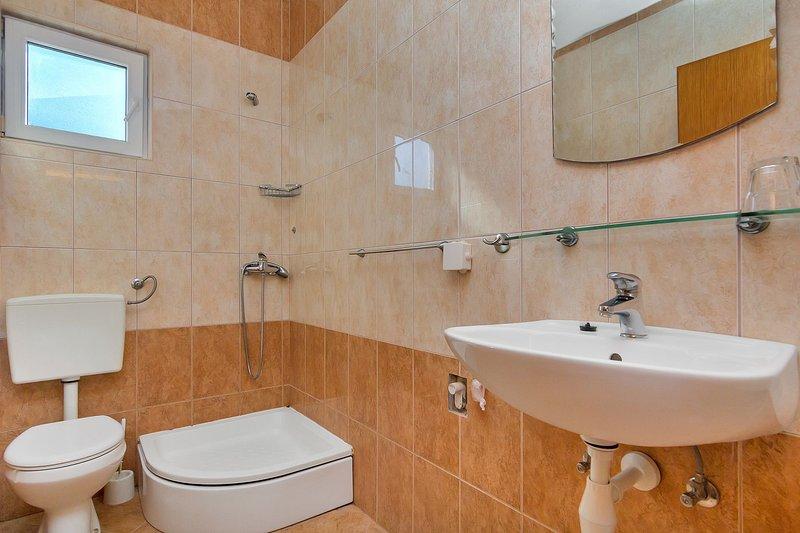 A(6+2) II kat: bathroom with toilet