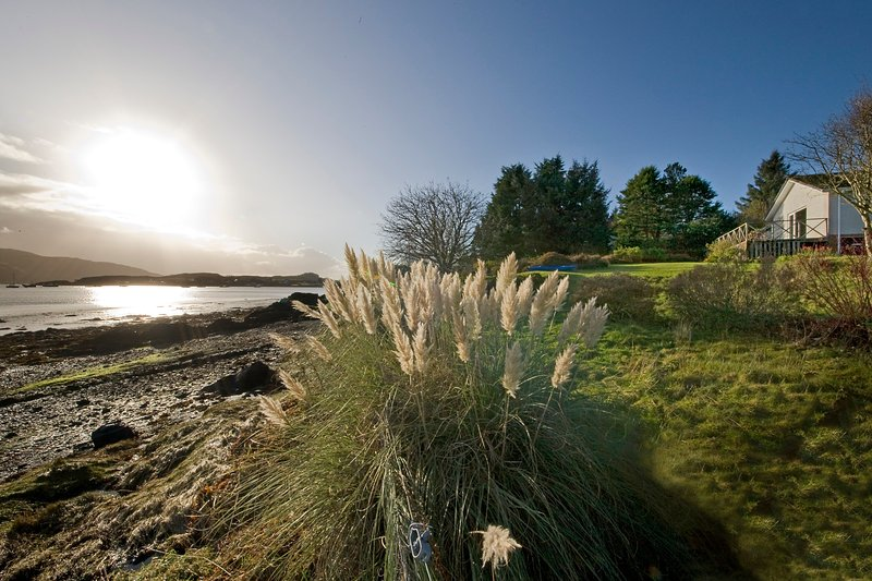 Isle of Seil Shorefront Holiday Cottage, holiday rental in Kilmelford
