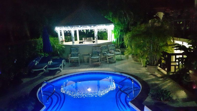 zona de la piscina en la noche