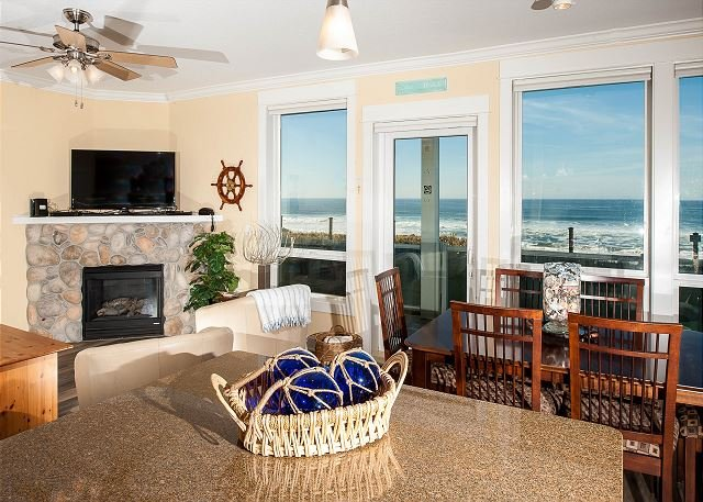 Tidal Treasure - Oceanfront Condo, Private Hot Tub, Indoor Pool, Wifi & More!, holiday rental in Lincoln City