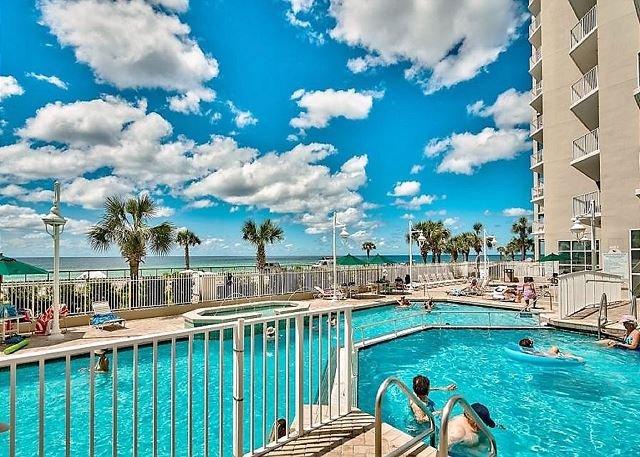 Majestic Sun Seascape Resort dispose d'une piscine intérieure / extérieure,