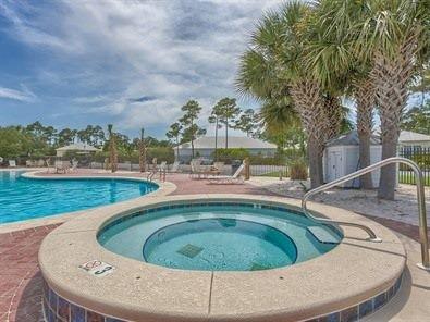 área da piscina e banheira de hidromassagem