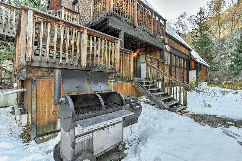 Grill up a BBQ feast or catch of the day at this large outdoor gas grill!