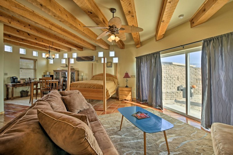 Cozy Corrales Studio w/ Mtn. Views Near Santa Fe!, vacation rental in Los Ranchos de Albuquerque