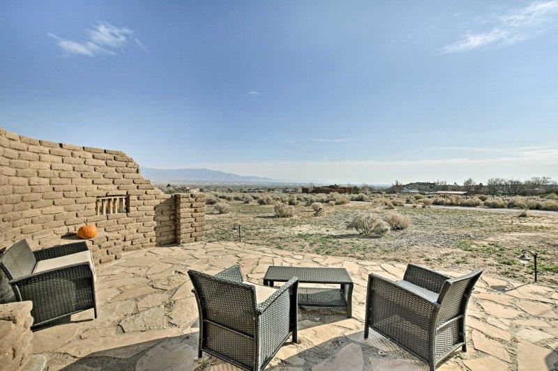 ¡Experimenta la tierra del encanto de 'Cozy Adobe Southwest Getaway!'
