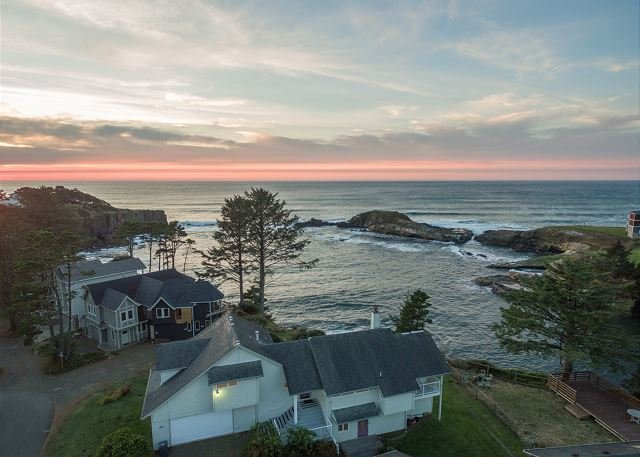 Experience Depoe Bay from the South end of Pirates Cove w/ sleeping for 17!, alquiler vacacional en Depoe Bay
