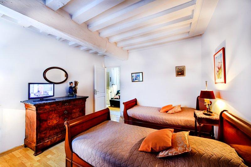 2 dormitorios con TV