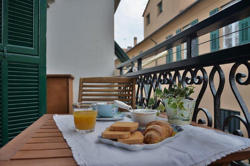 Bilocale a 30mt dal mare con terrazzo – 6B Codice CITRA 009049-LT-0567, holiday rental in Pietra Ligure
