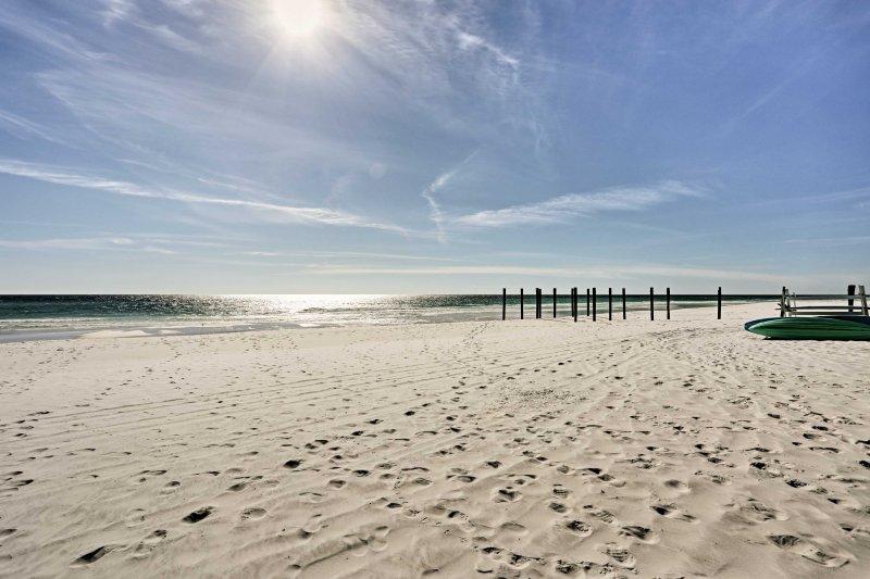 Situato proprio di fronte alla spiaggia, questa casa offre divertimento senza fine al sole.