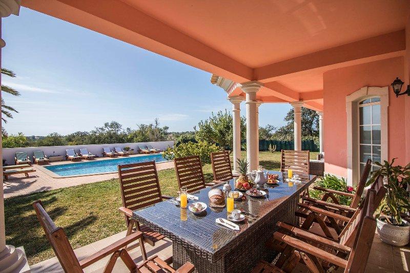 Monte de Joao Preto Villa Sleeps 8 with Pool and Air Con - 5489689, casa vacanza a Espargal