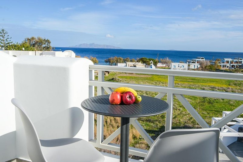 One-Bedroom Apartment with Sea View and Hot Tub, vacation rental in Kamari