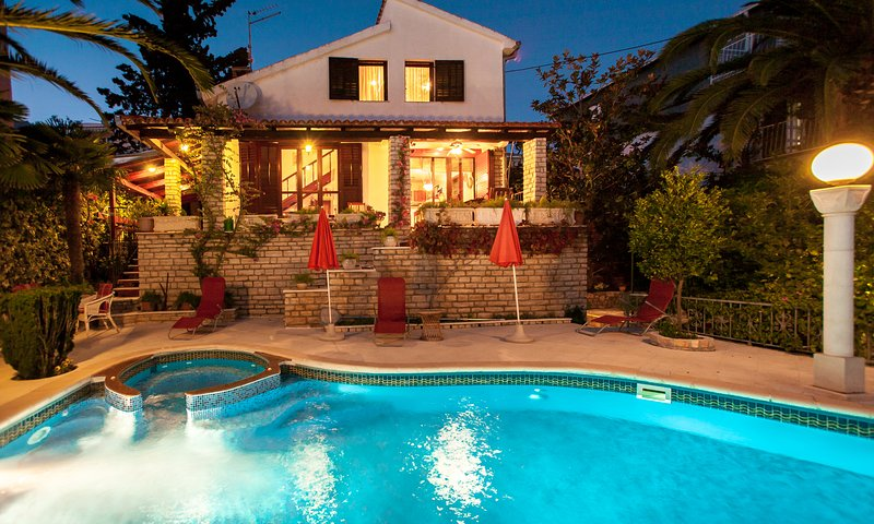 Villa Masha is a detached house, very finely accommodating 6 to 7 persons, vacation rental in Seget Vranjica
