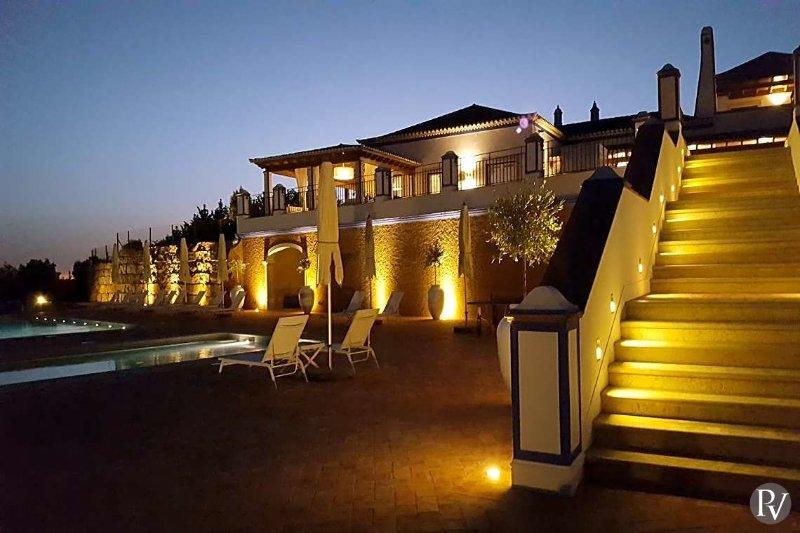 Malhadais Villa Sleeps 14 with Pool and Air Con - 5485220, holiday rental in Cerca Velha