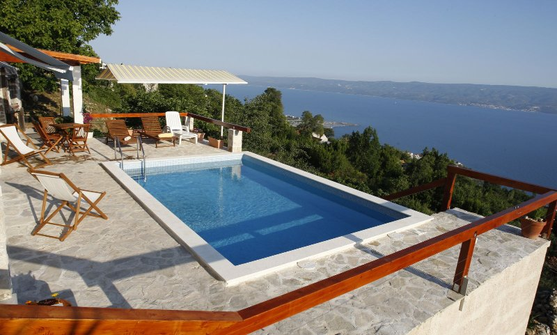 Country House Rose Alley with Swimming Pool, holiday rental in Tugare