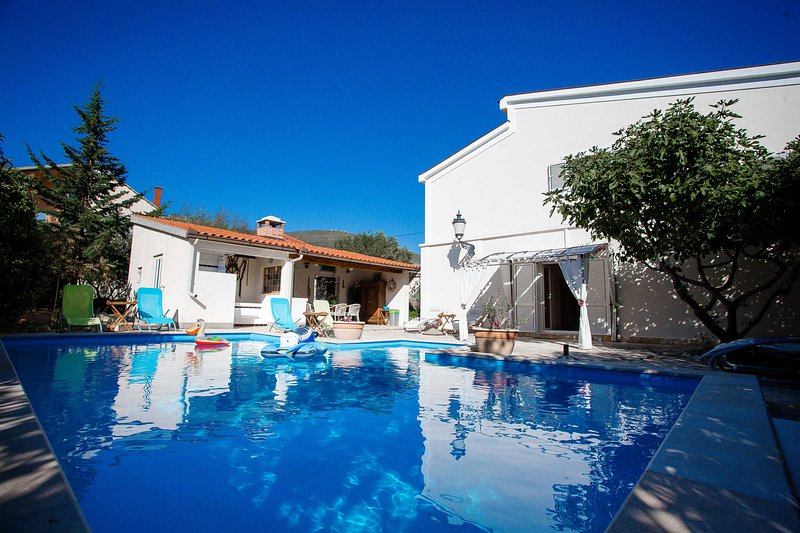 Villa Dalmatina oasis with privat heated pool, location de vacances à Trogir