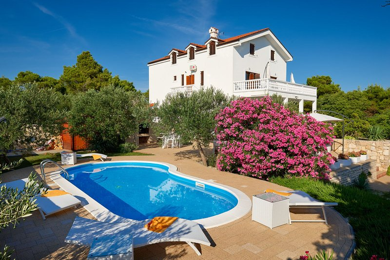 Luxury Villa Bella Vista with Swimming Pool, aluguéis de temporada em Betina