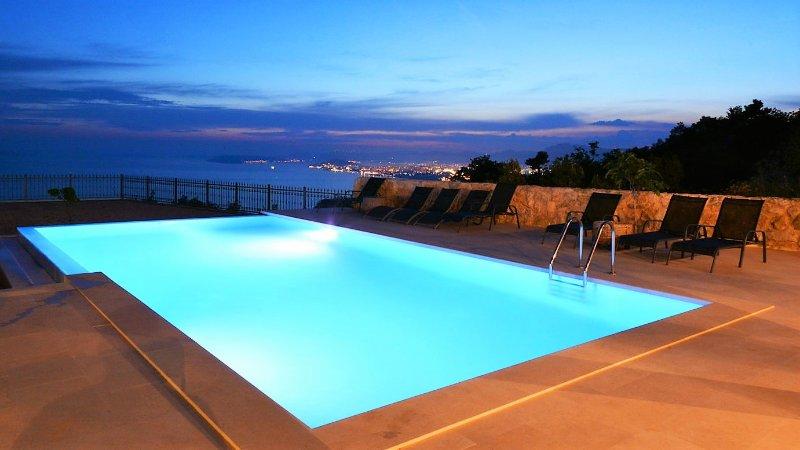 Luxury Villa Life 2 Enjoy with Swimming Pool, holiday rental in Podstrana